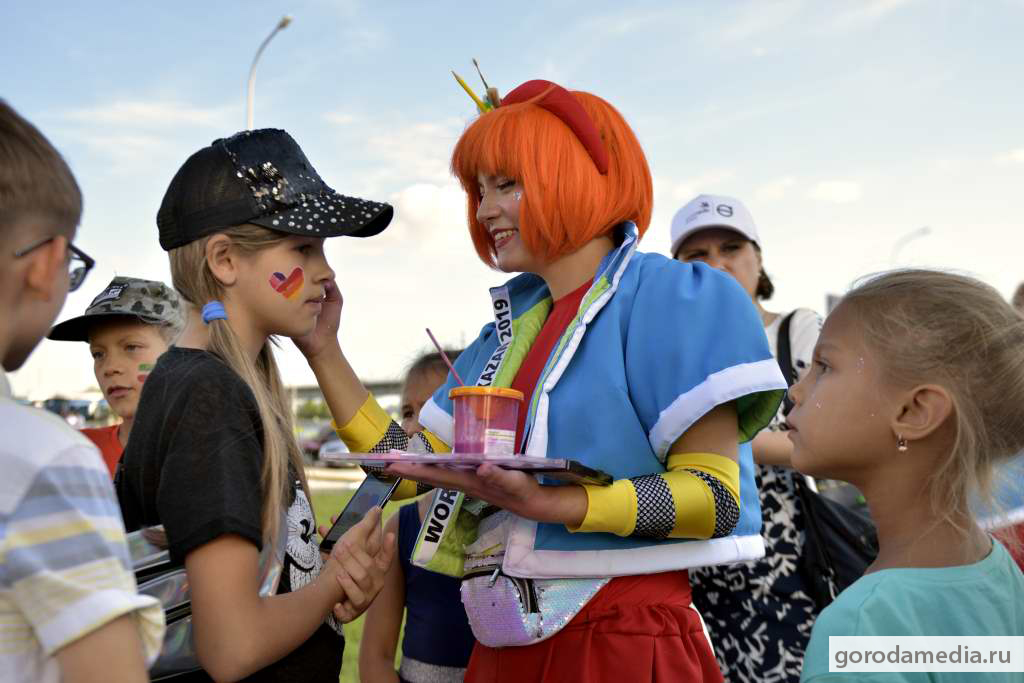 На фото: дети увлечённо рассматривают как аниматор расскрашивает поочерёдно каждого из них, прибавляя ярких красок и эмоций на WorldSkills Kazan 2019.