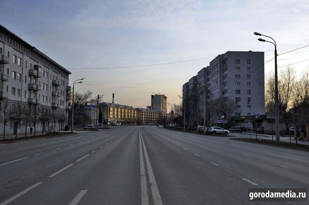 Казань, 29 марта, улица Н. Назарбаева. Автомобили проезжают не часто и можно спокойно обозревать окрестности..