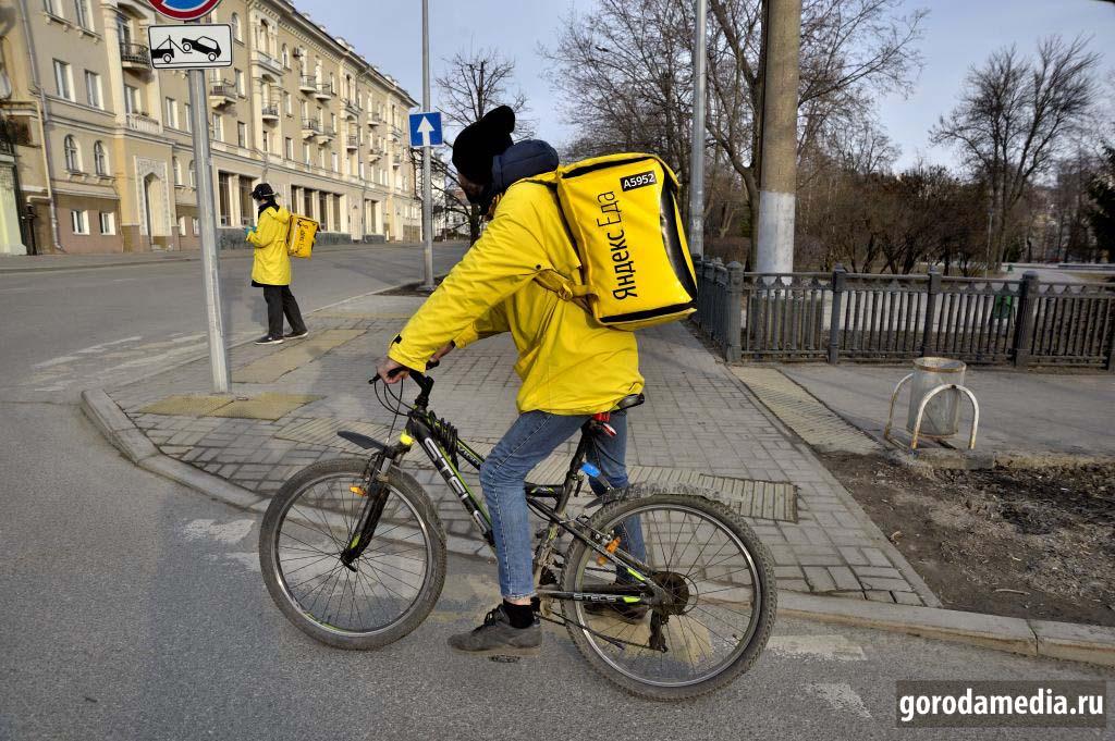 Казань, 29 марта 2020 г. Доставка еды пешим ходом и на велосипеде. Считается, что популярно, но сами доставщики отметили, что вчера заказов было больше. Активная жизнь потихоньку замирает.