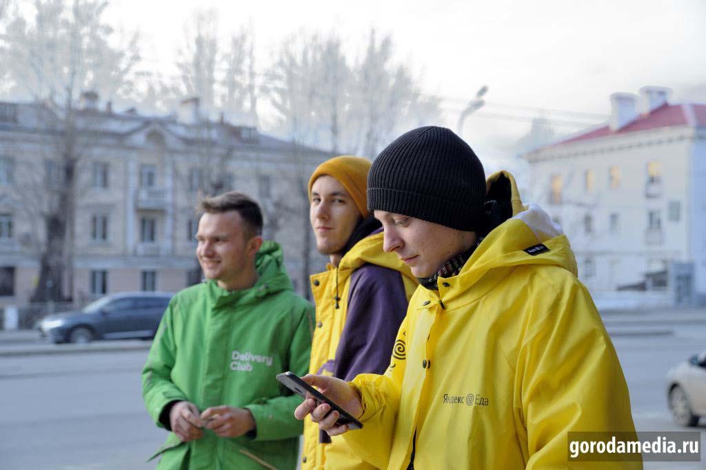 Казань, 29 марта 2020 г. Доставка еды пешим ходом и на велосипеде. Считается, что популярно, но сами доставщики еды отметили, что вчера заказов было больше. Активная жизнь потихоньку замирает.