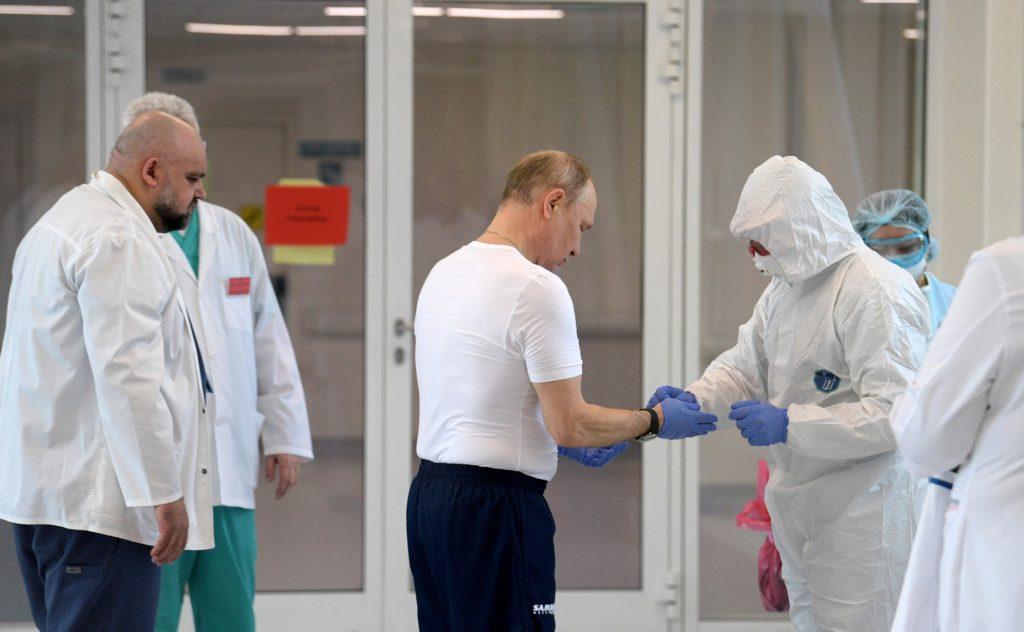 Владимир Путин осмотрел в московском посёлке Коммунарка больницу, предназначенную для пациентов с подозрением на коронавирусную инфекцию.