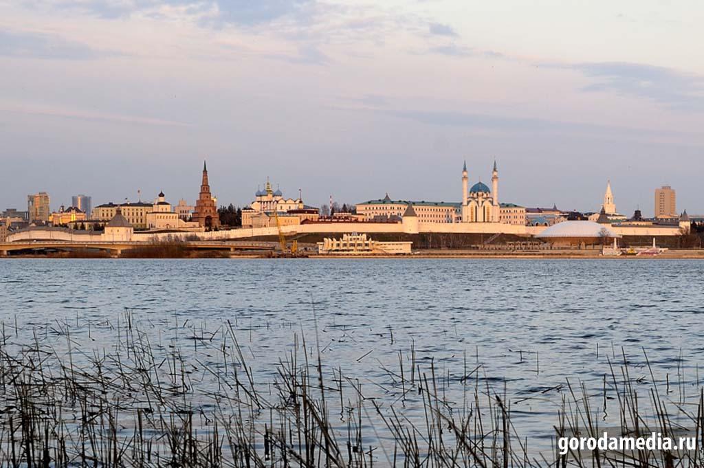 Вид на Казанский Кремль с набережной реки Казанки. Фото: gorodamedia.ru