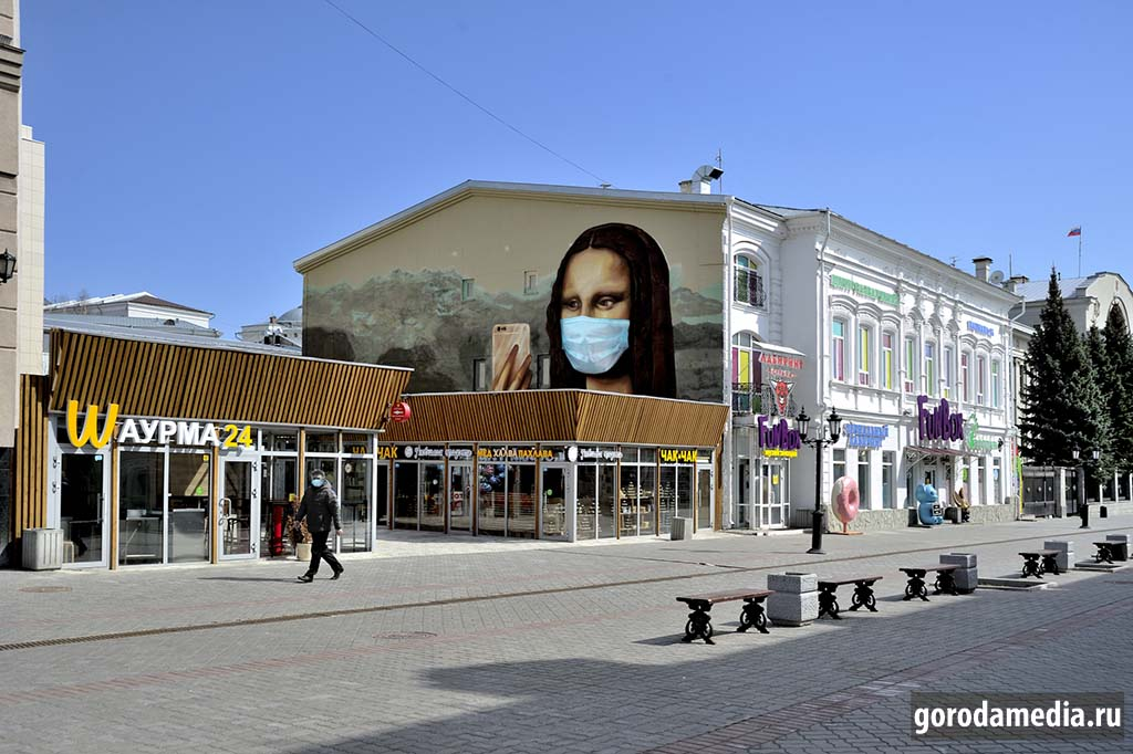 Вот уже два месяца страна живёт в режиме самоизоляции, масочно-перчаточный режим виден на улицах невооружённым взглядом. Фотоколлаж: gorodamedia.ru