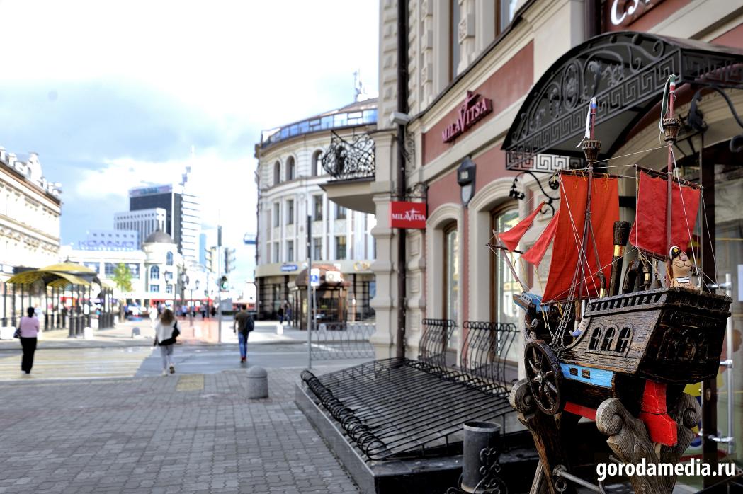 Улица Баумана в Казани после отмены некоторых ограничений самоизоляции заметно оживилась и публика ждёт открытия торговых центров. Фото: gorodamedia.ru