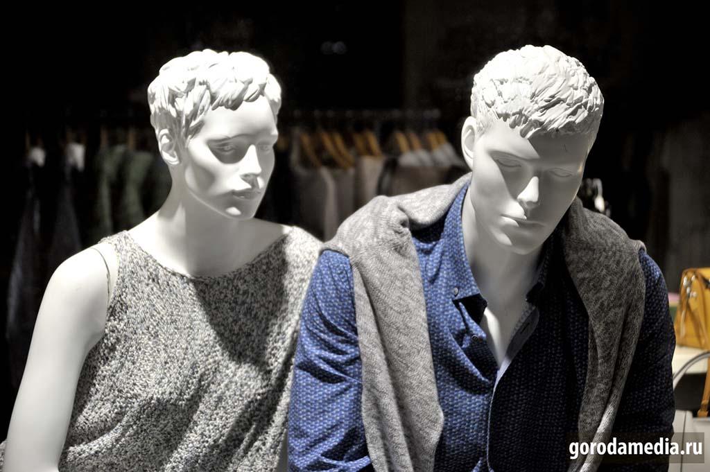 Из жизни манекенов: «Как думаешь, если скоро откроют торговые центры люди вернутся? А то уже грустно как-то., человеков недостаёт...». Фото: gorodamedia.ru