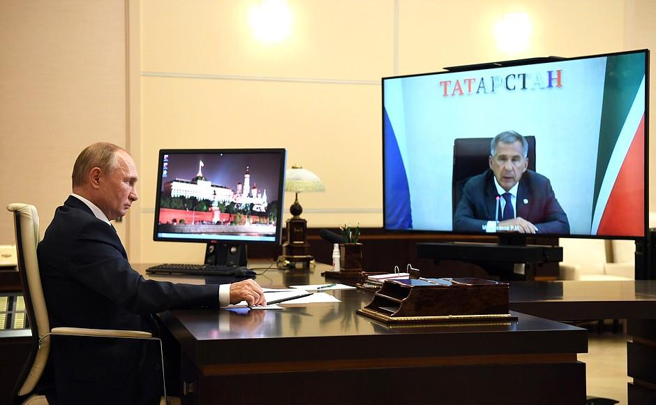 Рабочая встреча с президентом Татарстана Рустамом Миннихановым в режиме видеоконференции/Фото kremlin.ru