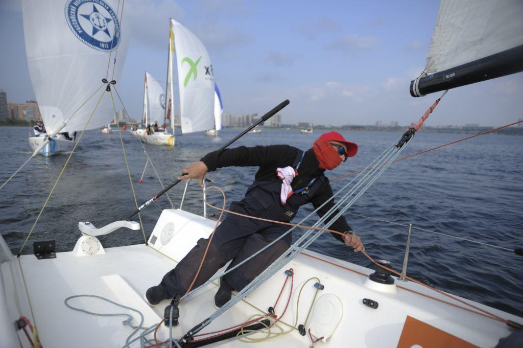 На фото: профессиональный яхтсмен и инструктор-преподаватель Даниил Деянов.