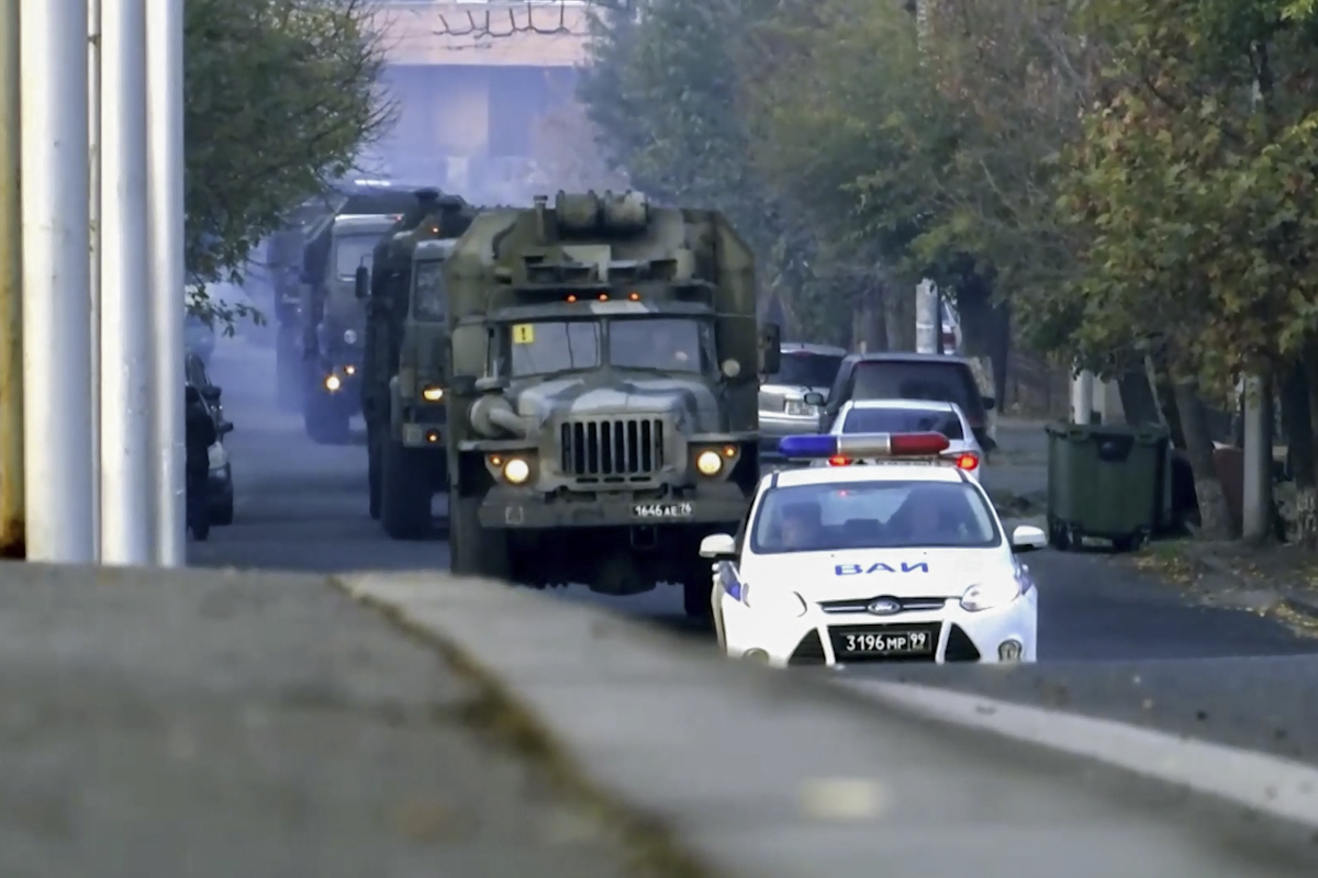 Подразделения 15-й отдельной миротворческой бригады, переброшенные самолетами ВТА на аэродром Эребуни, продолжают совершать марши из Еревана в Степанакерт/Фото: Минобороны РФ