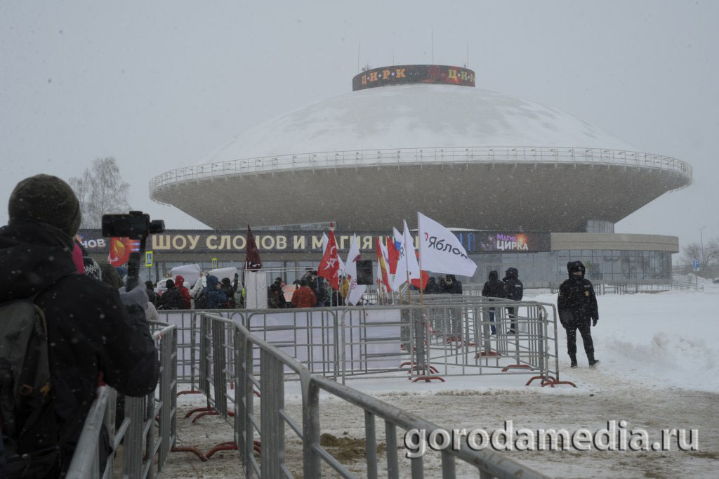 14 февраля на площади Тысячелетия в чётко определённом пространстве в Казани прошёл митинг объединенной оппозиции/ Фото: Игорь Галиев, gorodamedia.ru